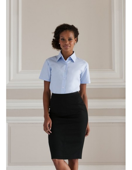 135 g/m² (White: 130 g/m²) 70% algodón, 30% poliéster 2 botones estandar con cuello de camisa clásico Pinzas a nivel del pec