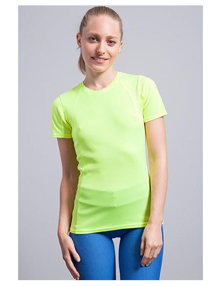 Camiseta deportiva de mujer, con costura decorativa en frente, espalda y mangas. Ligeramente entallada.