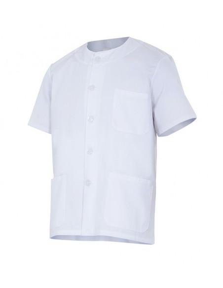 Chaqueta pijama de manga corta con escote redondo. Cierre central con botones, tres bolsillos de parche y abertura en los later