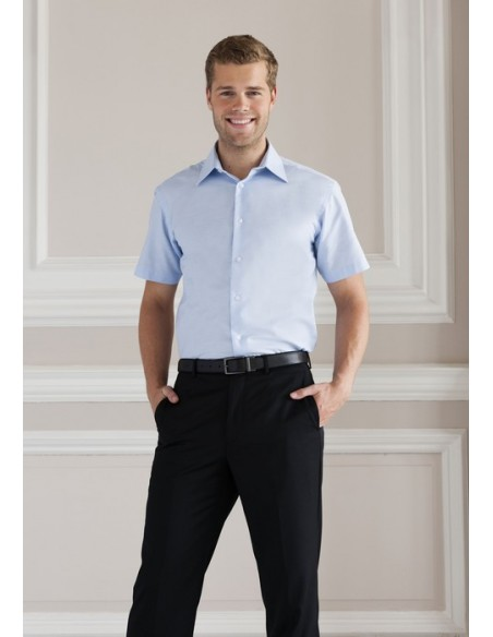 130 - 135 g/m² 70% algodón, 30% poliéster Cuello endurecido Botones del mismo color de la prenda Dobladillo doble en las ma