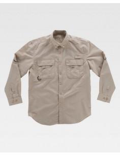 Camisa safari con abertura trasera y rejilla interior para regular la transpiración. Cuello abotonado y cierre central de boton