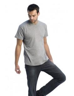 Camiseta 100% algodón prelavado, 145 gr/m2. Hilo de malla continua (Ring-Spun). Corte amplio y tubular. Cuello de pico de cuatr