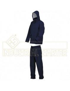 Chaqueta: traje de agua con capucha, ventilación en el dorso y bajo las axilas. Cremallera plástica con cobertura a botones. Do