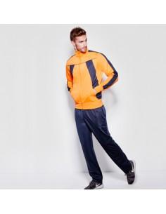 Descripción  Chándal combinado de chaqueta y pantalón. Chaqueta con manga recta, dos bolsillos laterales y canalé en cuello,