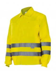 Cazadora de alta visibilidad con cintas reflectantes en torso y mangas. Cremallera central, puños de canalé y dos bolsillos en