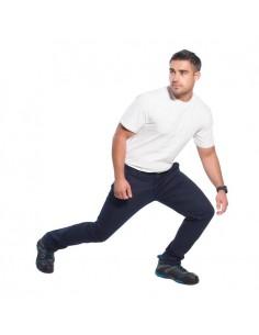 Este stretch stretch chino es la solución uniforme perfecta. Ofrece un ajuste estrecho contemporáneo en una tela de sarga elást
