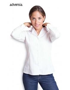 Blusa entallada de manga larga con una pinza delantera y una trasera en ambos lados, de cuello camisero abierto y sin tapeta en